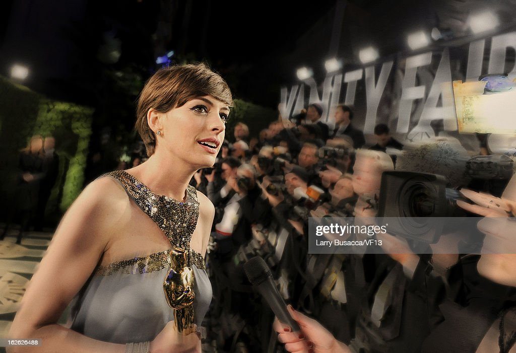 Actress <a gi-track='captionPersonalityLinkClicked' href=/galleries/search?phrase=Anne+Hathaway+-+Actress&family=editorial&specificpeople=11647173 ng-click='$event.stopPropagation()'>Anne Hathaway</a> arrives for the 2013 Vanity Fair Oscar Party hosted by Graydon Carter at Sunset Tower on February 24, 2013 in West Hollywood, California.