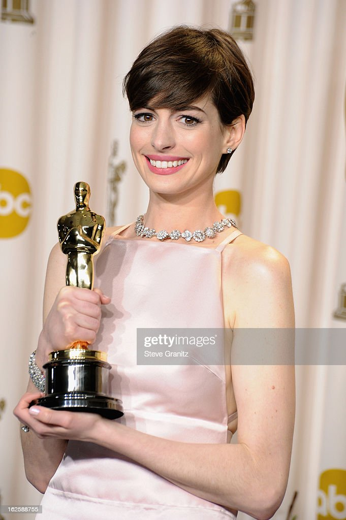 Actress <a gi-track='captionPersonalityLinkClicked' href=/galleries/search?phrase=Anne+Hathaway+-+Schauspielerin&family=editorial&specificpeople=11647173 ng-click='$event.stopPropagation()'>Anne Hathaway</a> poses in the press room during the Oscars at the Loews Hollywood Hotel on February 24, 2013 in Hollywood, California.