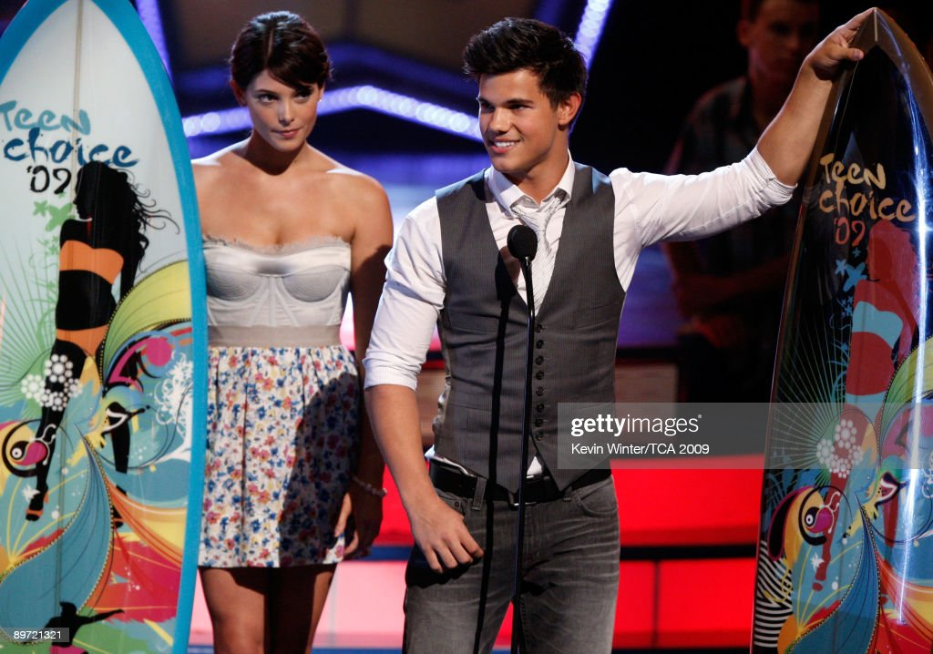 Actress Ashley Greene (L) and actor Taylor Lautner accept the Choice Movie: Fresh Faces Male & Female awards onstage during the 2009 Teen Choice Awards held at Gibson Amphitheatre on August 9, 2009 in Universal City, California.