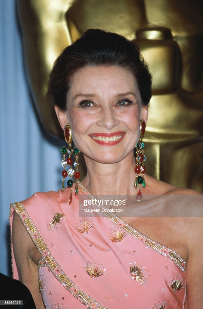 Actress <a gi-track='captionPersonalityLinkClicked' href=/galleries/search?phrase=Audrey+Hepburn&family=editorial&specificpeople=86470 ng-click='$event.stopPropagation()'>Audrey Hepburn</a> (1929 - 1993) presents the award for Best Costume Design at the 58th Annual Academy Awards in Los Angeles, 24th March 1986.