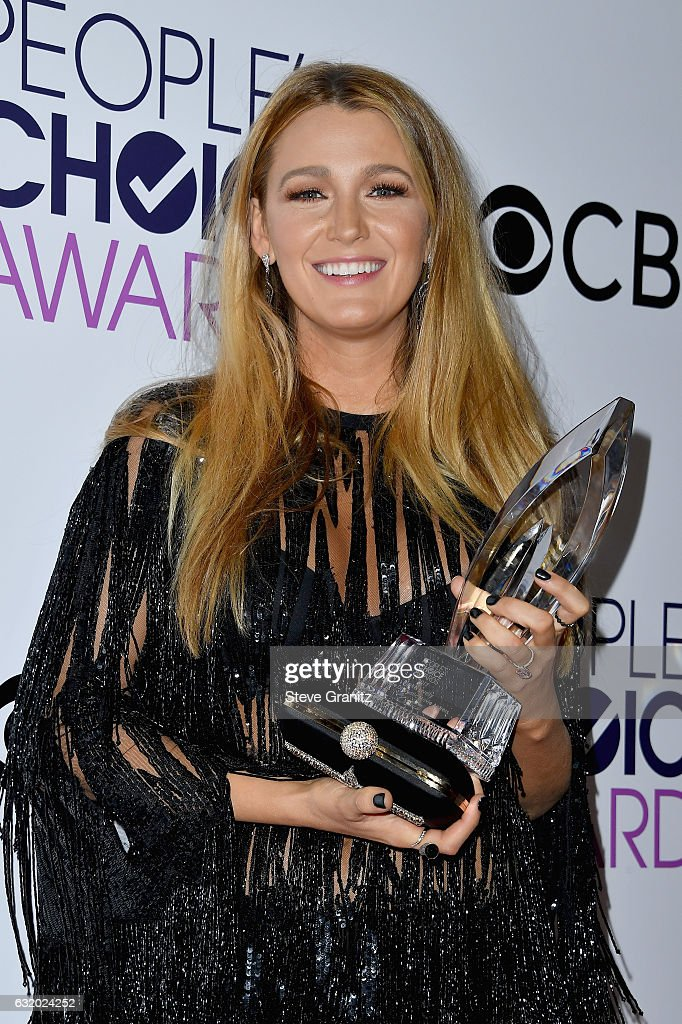 actress-blake-lively-poses-with-an-award-in-the-press-room-during-the-picture-id632024252