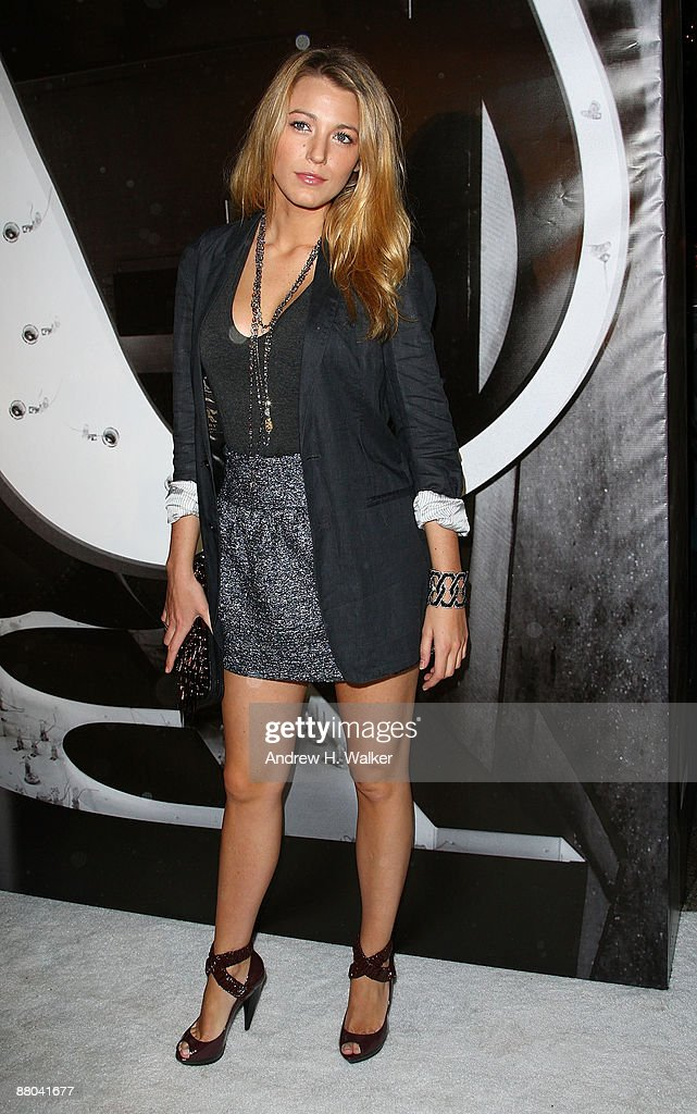 Actress <a gi-track='captionPersonalityLinkClicked' href=/galleries/search?phrase=Blake+Lively&family=editorial&specificpeople=221673 ng-click='$event.stopPropagation()'>Blake Lively</a> walks the red carpet during Burberry Day at The New York Palace Hotel on May 28, 2009 in New York City.