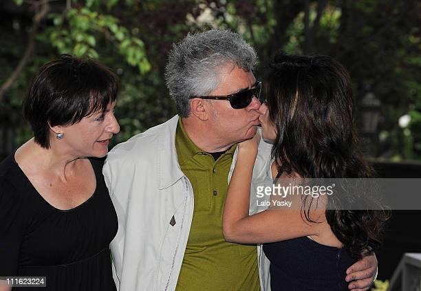 Actress Blanca Portillo director Pedro Almodovar and actress Penelope Cruz attend Broken Embraces photocall at the Casa de America on May 9 2008 in...