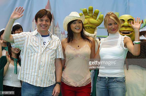 Actress Cameron Diaz Japanese actress Norika Fujiwara and actor Mike Myers attend an event to promote the film 'Shrek 2' on July 14 2004 in Tokyo...