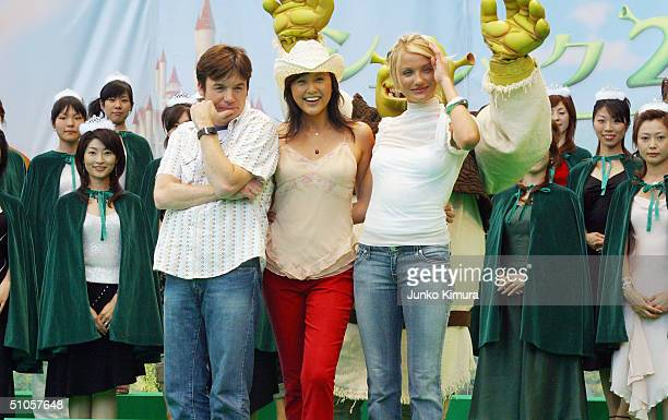 Actress Cameron Diaz Japanese actress Norika Fujiwara and actor Mike Myers attend an event to promote the film 'Shrek 2' surrounded by Japanese Miss...