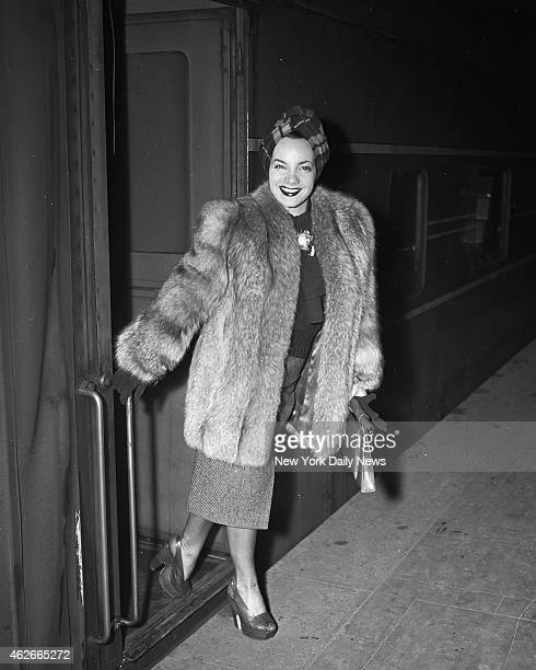 Actress Carmen Miranda arrives at Grand Central for vacation in big town