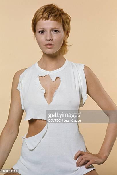 Actress Catherine Jourdan On The Occasion Of Film 'L'eden Et Apres' By Alain Robbegrillet En avril 1970 sur fond beige portrait en studio de...