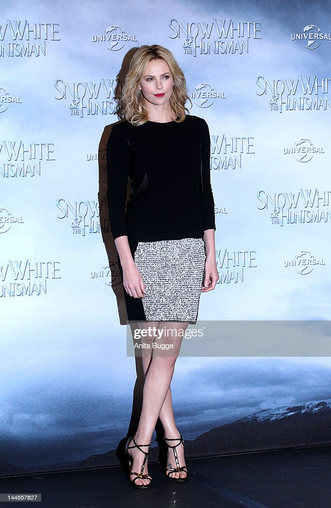 Actress <a gi-track='captionPersonalityLinkClicked' href=/galleries/search?phrase=Charlize+Theron&family=editorial&specificpeople=171250 ng-click='$event.stopPropagation()'>Charlize Theron</a> attends the 'Snow White And The Huntsman' photocall at Ritz Carlton Hotel on May 16, 2012 in Berlin, Germany.