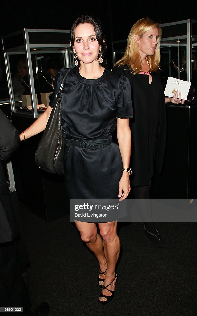 Actress <a gi-track='captionPersonalityLinkClicked' href=/galleries/search?phrase=Courteney+Cox&family=editorial&specificpeople=203101 ng-click='$event.stopPropagation()'>Courteney Cox</a> attends the 15th Annual Los Angeles Antique Show Opening Night Preview Party benefiting P.S. ARTS at Barker Hanger on April 21, 2010 in Santa Monica, California.