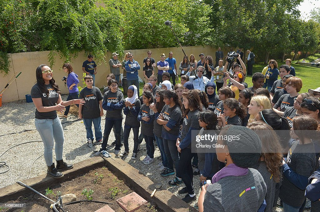 Actress Cymphonique Miller (L) from Nickelodeon's 'How to Rock' volunteers with students for a Big Help environmental project at New Horizon Elementary & Middle School on April 30, 2012 in Pasadena, California.