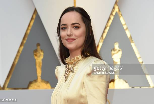 US actress Dakota Johnson arrives on the red carpet for the 89th Oscars on February 26 2017 in Hollywood California / AFP / VALERIE MACON