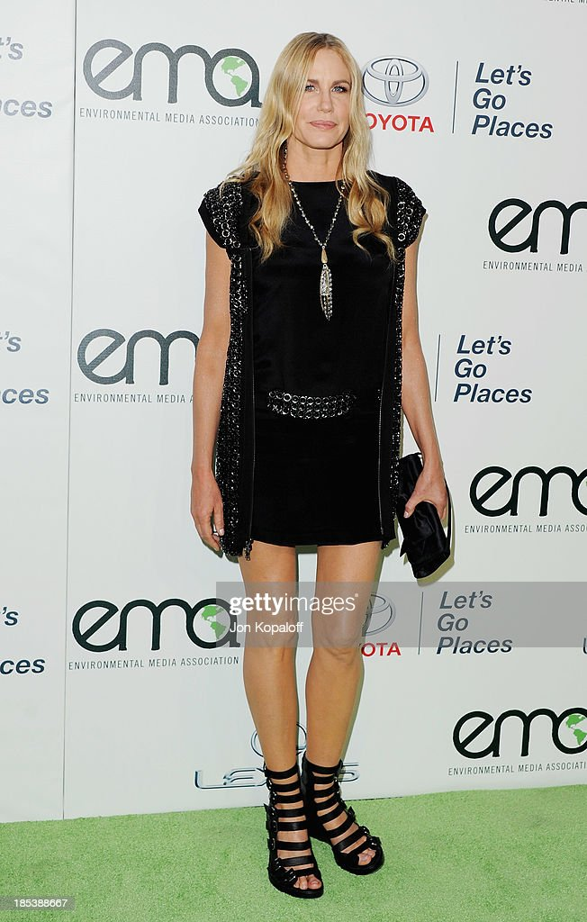 Actress <a gi-track='captionPersonalityLinkClicked' href=/galleries/search?phrase=Daryl+Hannah&family=editorial&specificpeople=201860 ng-click='$event.stopPropagation()'>Daryl Hannah</a> arrives at the 2013 Environmental Media Awards at Warner Bros. Studios on October 19, 2013 in Burbank, California.