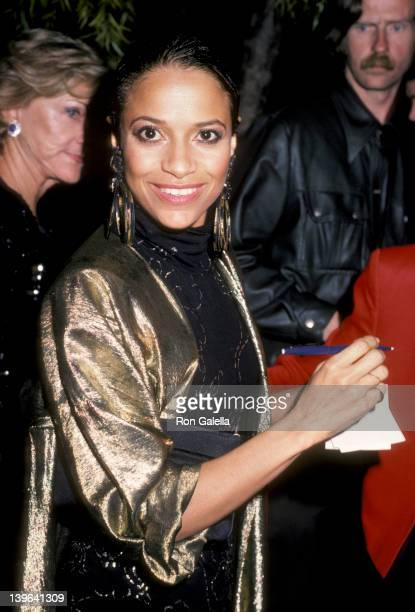 Actress Debbie Allen attending the premiere of 'White Nights' on November 7 1985 at the Academy Theater in Beverly Hills California
