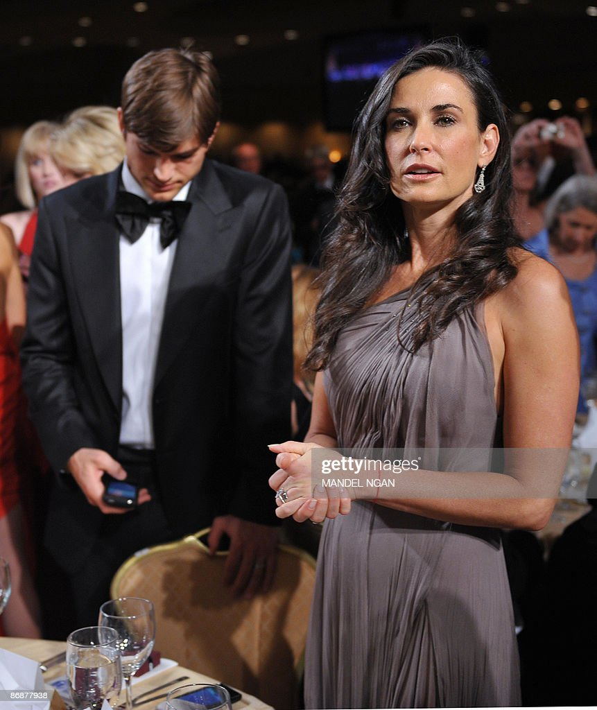 Actress Demi Moore and her husband Ashton Kutcher prepare to take their seats during the White House Correspondents� Association annual dinner on May 9, 2009 at the Washington Hilton hotel in Washington. AFP PHOTO/Mandel NGAN