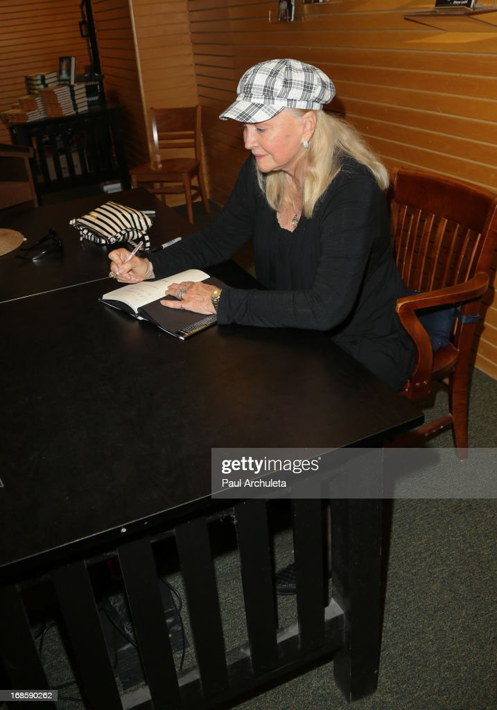 Actress <a gi-track='captionPersonalityLinkClicked' href=/galleries/search?phrase=Diane+Ladd&family=editorial&specificpeople=226819 ng-click='$event.stopPropagation()'>Diane Ladd</a> signs copies of her new book 'A Bad Afternoon For A Piece Of Cake' at Barnes & Noble 3rd Street Promenade on May 11, 2013 in Santa Monica, California.
