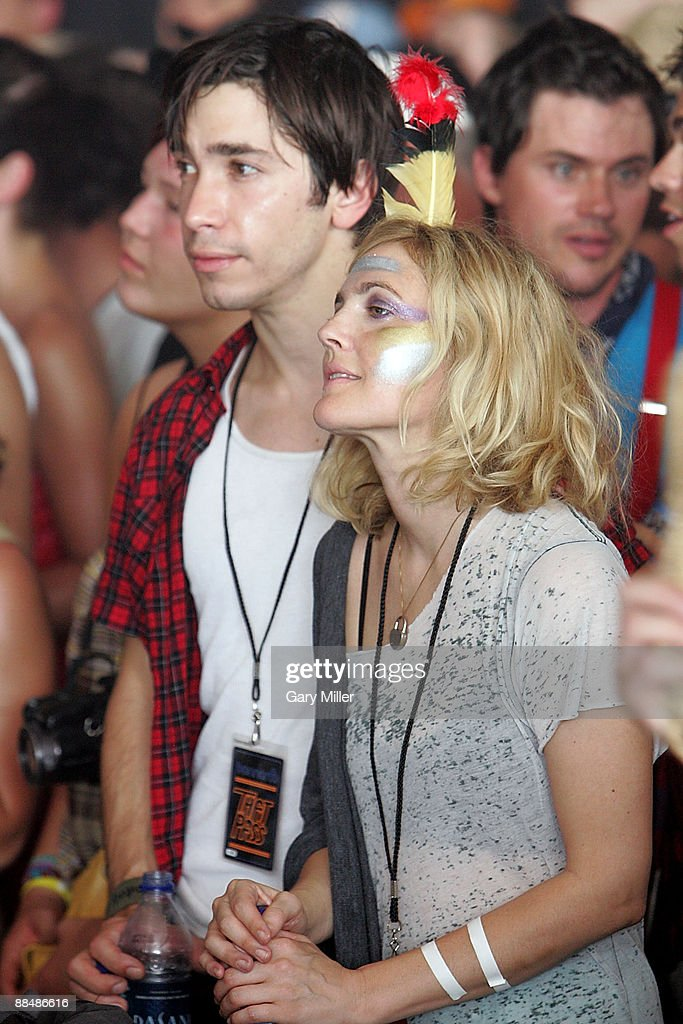 Actress <a gi-track='captionPersonalityLinkClicked' href=/galleries/search?phrase=Drew+Barrymore&family=editorial&specificpeople=201623 ng-click='$event.stopPropagation()'>Drew Barrymore</a> (R) and actor Justin Long watch Bon Iver perform during the 2009 Bonnaroo Music and Arts Festival on June 13, 2009 in Manchester, Tennessee.
