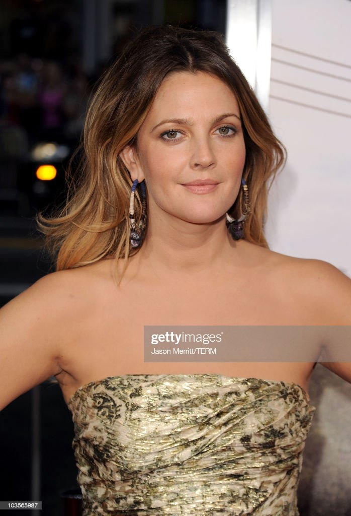 Actress <a gi-track='captionPersonalityLinkClicked' href=/galleries/search?phrase=Drew+Barrymore&family=editorial&specificpeople=201623 ng-click='$event.stopPropagation()'>Drew Barrymore</a> arrives at the premiere of Warner Bros. 'Going The Distance' held at Grauman's Chinese Theatre on August 23, 2010 in Los Angeles, California.