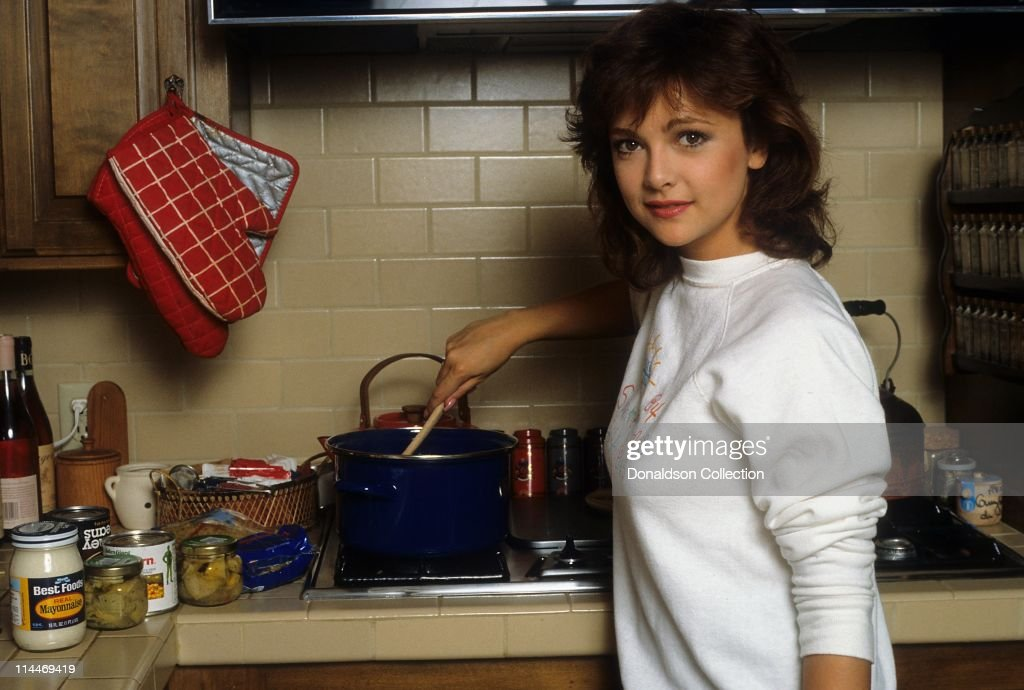 Actress <a gi-track='captionPersonalityLinkClicked' href=/galleries/search?phrase=Emma+Samms&family=editorial&specificpeople=626665 ng-click='$event.stopPropagation()'>Emma Samms</a> on Cooking With the Stars in 1985 in Los Angeles, California.