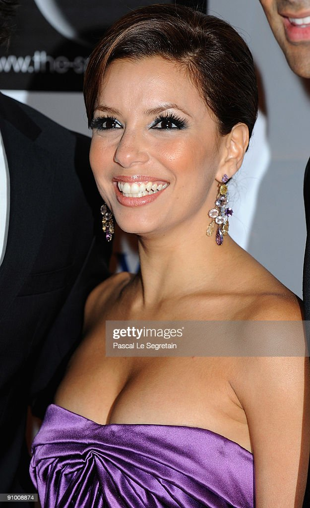 Actress <a gi-track='captionPersonalityLinkClicked' href=/galleries/search?phrase=Eva+Longoria&family=editorial&specificpeople=202082 ng-click='$event.stopPropagation()'>Eva Longoria</a> pose as she arrives to attend the 'Par Coeur Gala' dinner at the Hotel Meurice on September 21, 2009 in Paris, France.