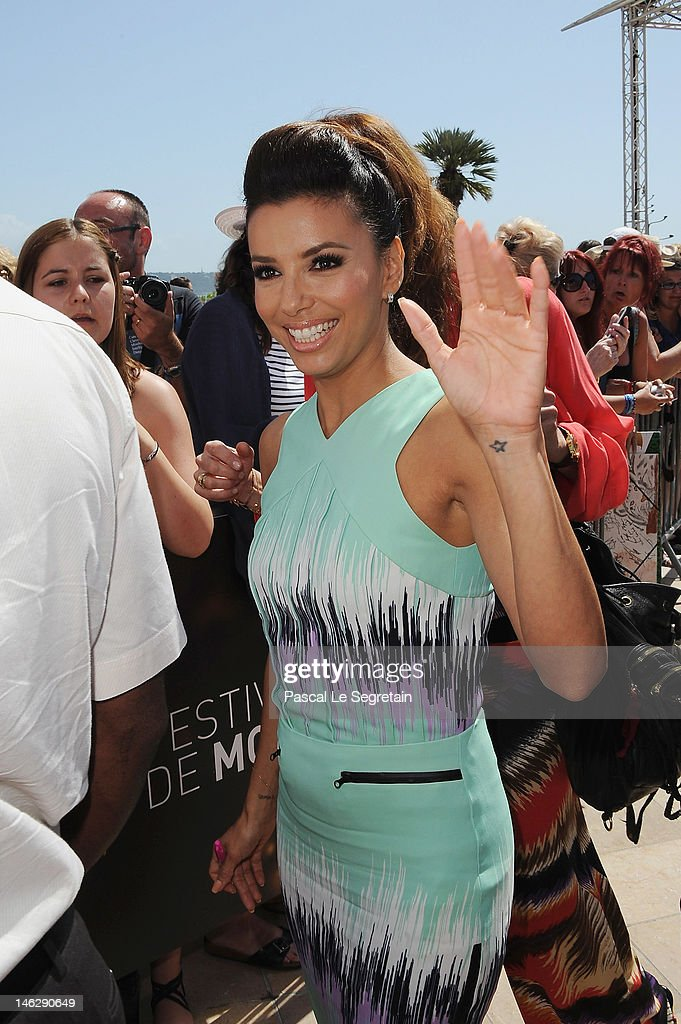 Actress <a gi-track='captionPersonalityLinkClicked' href=/galleries/search?phrase=Eva+Longoria&family=editorial&specificpeople=202082 ng-click='$event.stopPropagation()'>Eva Longoria</a> waves as she arrives to attend a photocall for 'Desperate Housewives' during the 52nd Monte Carlo TV Festival on June 13, 2012 in Monte-Carlo, Monaco.