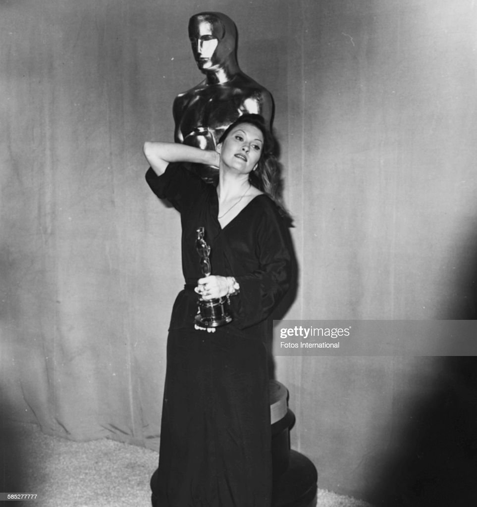 Faye dunaway network - Actress Faye Dunaway Holding Her Best Actress Oscar For The Film Network At