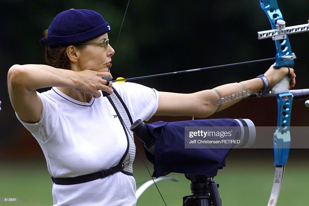 Actress Geena Davis takes aim at a target as she tries out for a spot on the US Olympic archery team August 21 1999 in Bloomfield New Jersey Davis...
