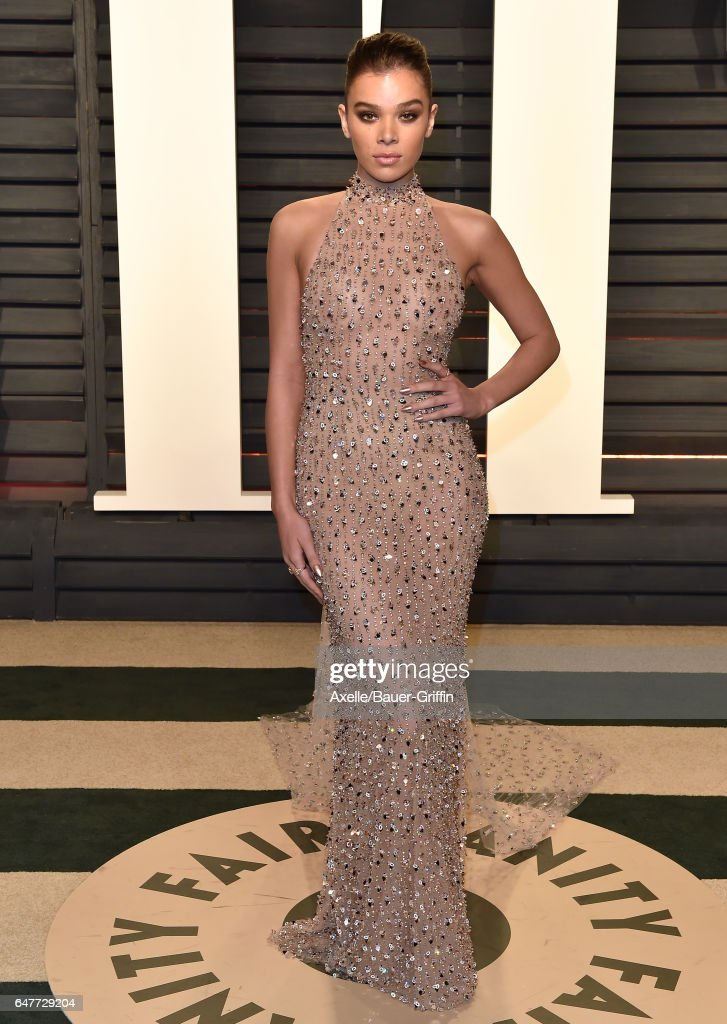 Actress Hailee Steinfeld arrives at the 2017 Vanity Fair Oscar Party Hosted By Graydon Carter at Wallis Annenberg Center for the Performing Arts on February 26, 2017 in Beverly Hills, California.