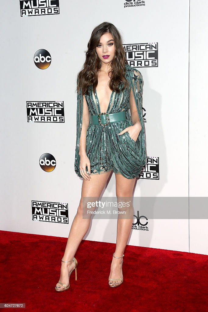 actress-hailee-steinfeld-attends-the-2016-american-music-awards-at-picture-id624727672