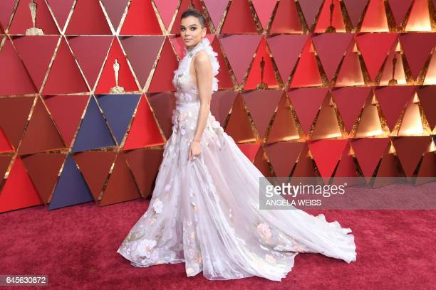 US actress Hailee Steinfeld poses as she arrives on the red carpet for the 89th Oscars on February 26 2017 in Hollywood California / AFP / ANGELA...