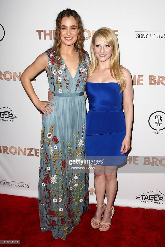 ¿Cuánto mide Melissa Rauch? - Altura - Real height Actress-haley-lu-richardson-and-melissa-rauch-attend-the-premiere-of-picture-id514246116