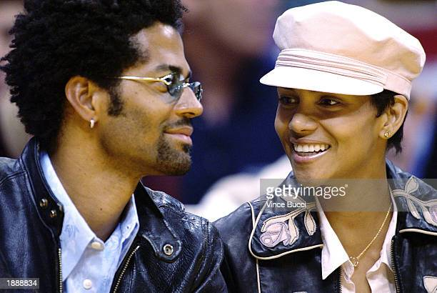 Actress Halle Berry and husband musician Eric Benet attend the game between the Los Angeles Lakers and the Memphis Grizzlies on March 31 2003 at the...
