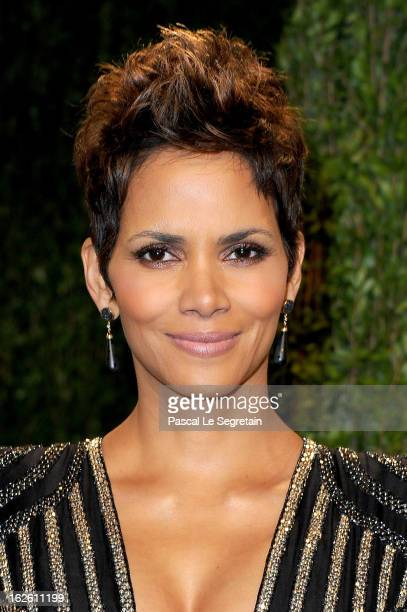 Actress Halle Berry arrives at the 2013 Vanity Fair Oscar Party hosted by Graydon Carter at Sunset Tower on February 24 2013 in West Hollywood...