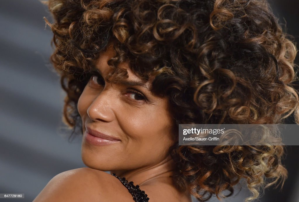 Actress Halle Berry arrives at the 2017 Vanity Fair Oscar Party Hosted By Graydon Carter at Wallis Annenberg Center for the Performing Arts on February 26, 2017 in Beverly Hills, California.