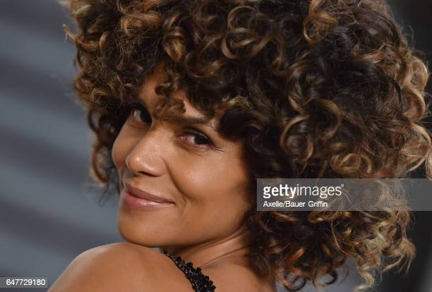Actress Halle Berry arrives at the 2017 Vanity Fair Oscar Party Hosted By Graydon Carter at Wallis Annenberg Center for the Performing Arts on...
