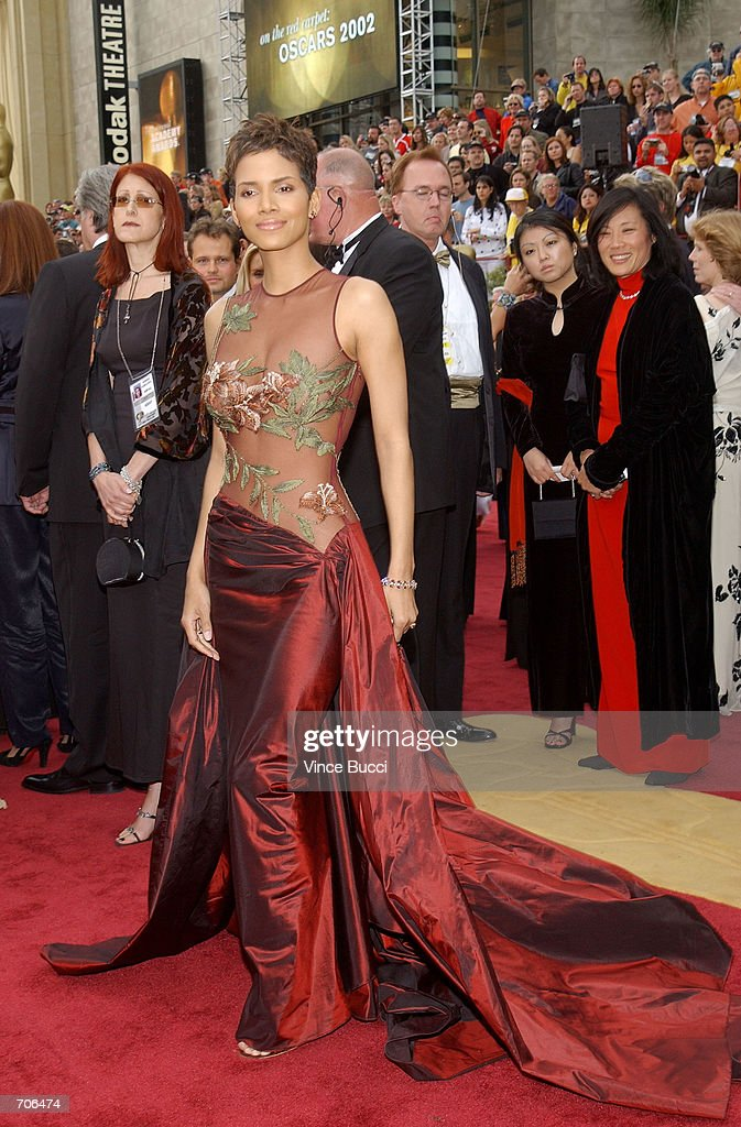 Actress <a gi-track='captionPersonalityLinkClicked' href=/galleries/search?phrase=Halle+Berry&family=editorial&specificpeople=201726 ng-click='$event.stopPropagation()'>Halle Berry</a> arrives at the 74th Annual Academy Awards March 24, 2002 at The Kodak Theater in Hollywood, CA.