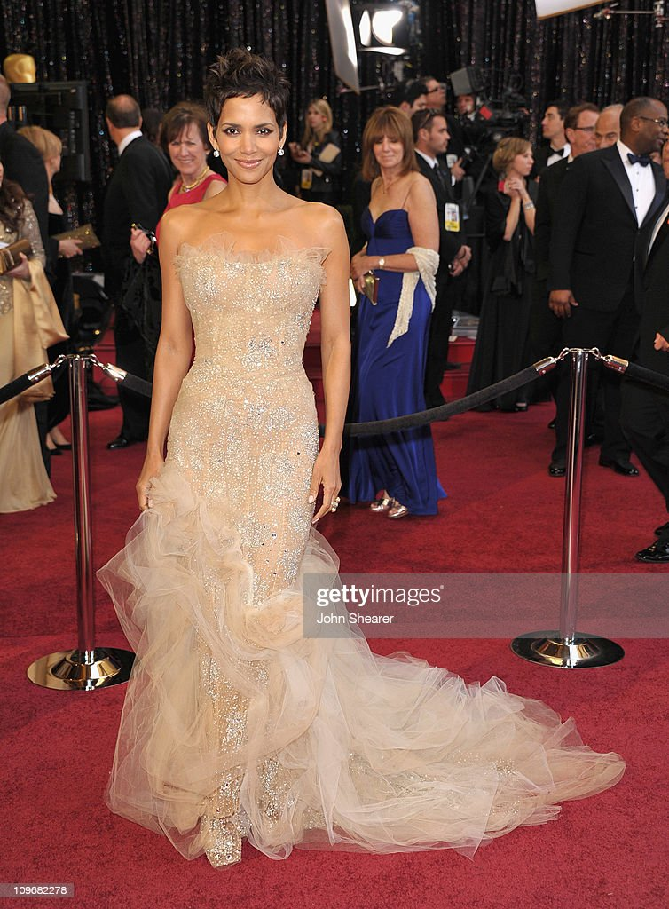 Actress <a gi-track='captionPersonalityLinkClicked' href=/galleries/search?phrase=Halle+Berry&family=editorial&specificpeople=201726 ng-click='$event.stopPropagation()'>Halle Berry</a> arrives at the 83rd Annual Academy Awards held at the Kodak Theatre on February 27, 2011 in Hollywood, California.