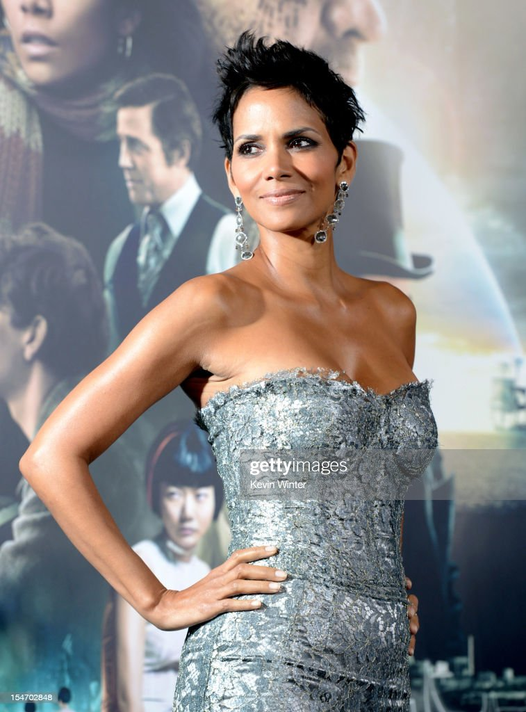 Actress <a gi-track='captionPersonalityLinkClicked' href=/galleries/search?phrase=Halle+Berry&family=editorial&specificpeople=201726 ng-click='$event.stopPropagation()'>Halle Berry</a> arrives at the premiere of Warner Bros. Pictures' 'Cloud Atlas' at the Chinese Theatre on October 24, 2012 in Los Angeles, California.