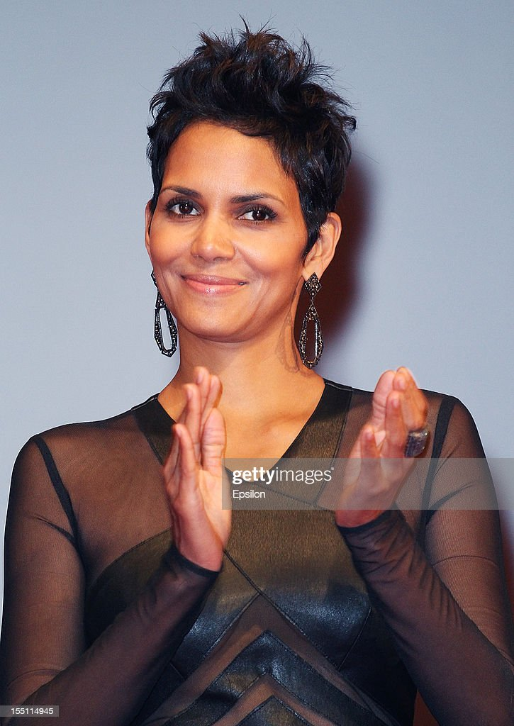 Actress <a gi-track='captionPersonalityLinkClicked' href=/galleries/search?phrase=Halle+Berry&family=editorial&specificpeople=201726 ng-click='$event.stopPropagation()'>Halle Berry</a> arrives at the premiere of Warner Bros. Pictures' 'Cloud Atlas' in Oktyabr cinema hall on November 1, 2012 in Moscow, Russia.