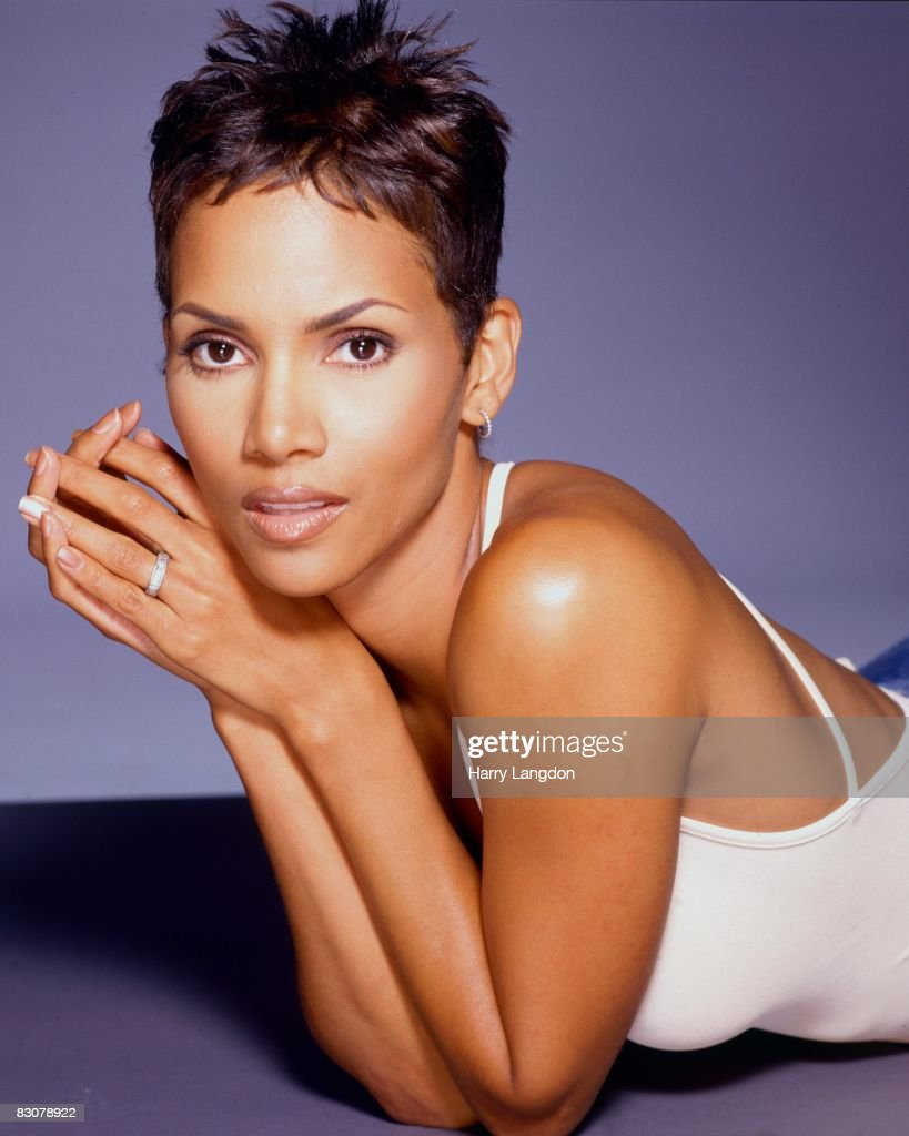 Actress <a gi-track='captionPersonalityLinkClicked' href=/galleries/search?phrase=Halle+Berry&family=editorial&specificpeople=201726 ng-click='$event.stopPropagation()'>Halle Berry</a> poses for a portrait on June 26, 2000 in Los Angeles, California.