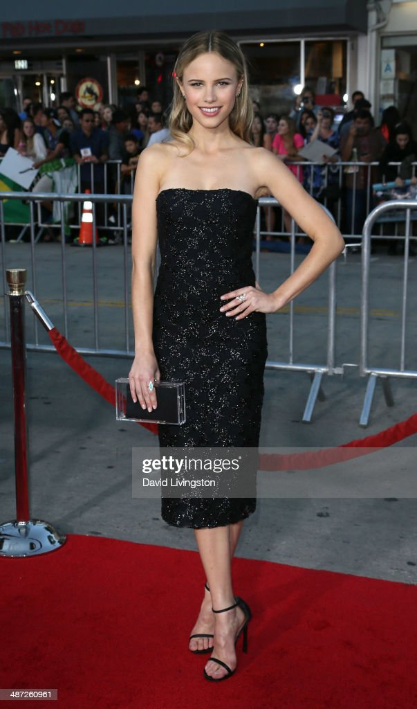 Actress <a gi-track='captionPersonalityLinkClicked' href=/galleries/search?phrase=Halston+Sage&family=editorial&specificpeople=7986408 ng-click='$event.stopPropagation()'>Halston Sage</a> attends the premiere of Universal Pictures' 'Neighbors' at Regency Village Theatre on April 28, 2014 in Westwood, California.