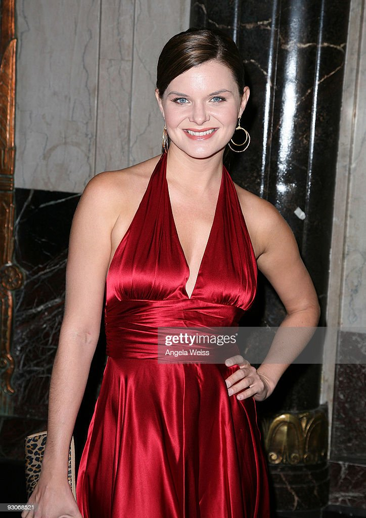 Actress Heather Tom attends the Los Angeles premiere of Dr. Seuss' 'How The Grinch Stole Christmas' at the Pantages Theatre on November 14, 2009 in Los Angeles, California.