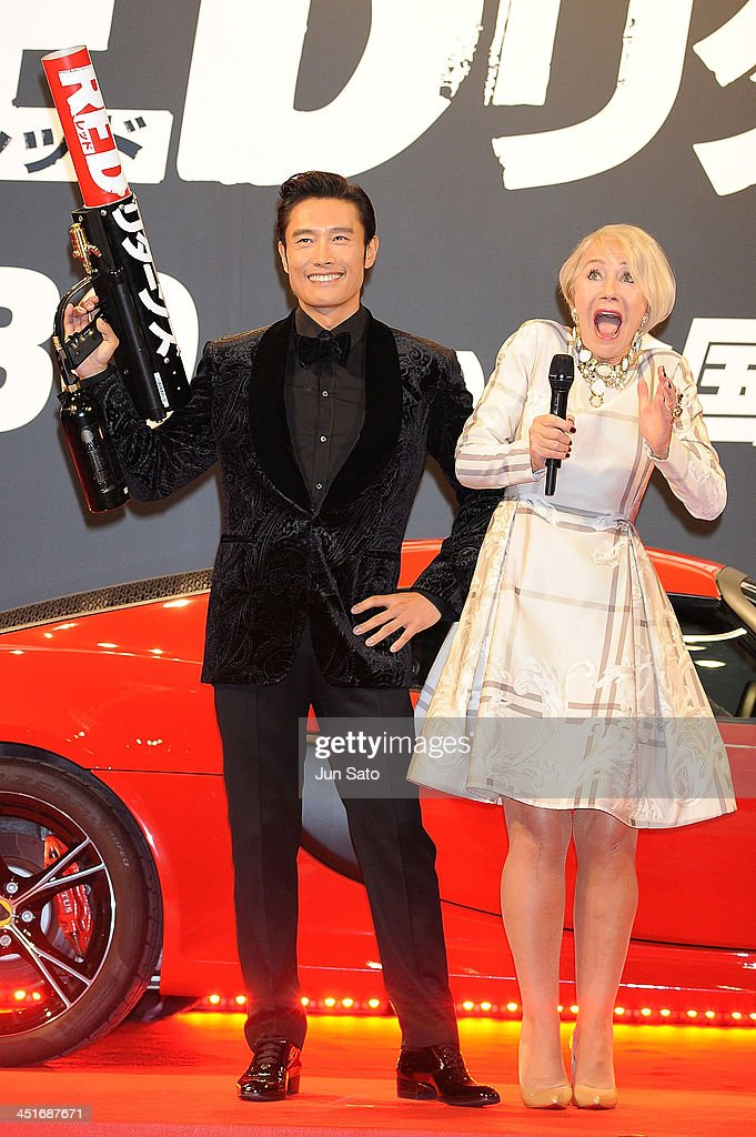 Actress <a gi-track='captionPersonalityLinkClicked' href=/galleries/search?phrase=Helen+Mirren&family=editorial&specificpeople=201576 ng-click='$event.stopPropagation()'>Helen Mirren</a> and actor Byung-hun Lee attend the 'Red 2' premiere at Tokyo International Forum on November 24, 2013 in Tokyo, Japan.