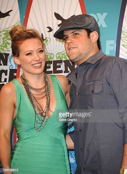 Actress Hilary Duff and hockey player Mike Comrie pose in press room during the 2010 Teen Choice Awards at Gibson Amphitheatre on August 8 2010 in...