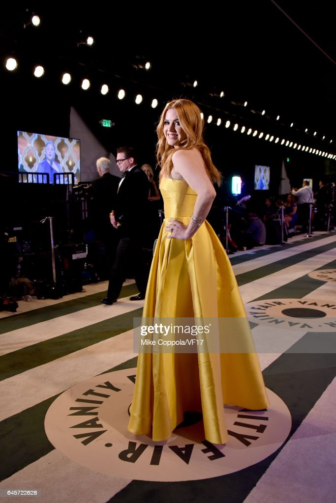 Actress Isla Fisher attends the 2017 Vanity Fair Oscar Party hosted by Graydon Carter at Wallis Annenberg Center for the Performing Arts on February 26, 2017 in Beverly Hills, California.