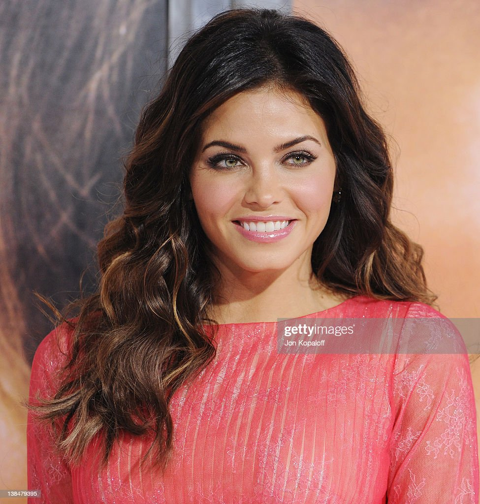 Actress Jenna Dewan arrives at the Los Angeles Premiere 'The Vow' at Grauman's Chinese Theatre on February 6, 2012 in Hollywood, California.