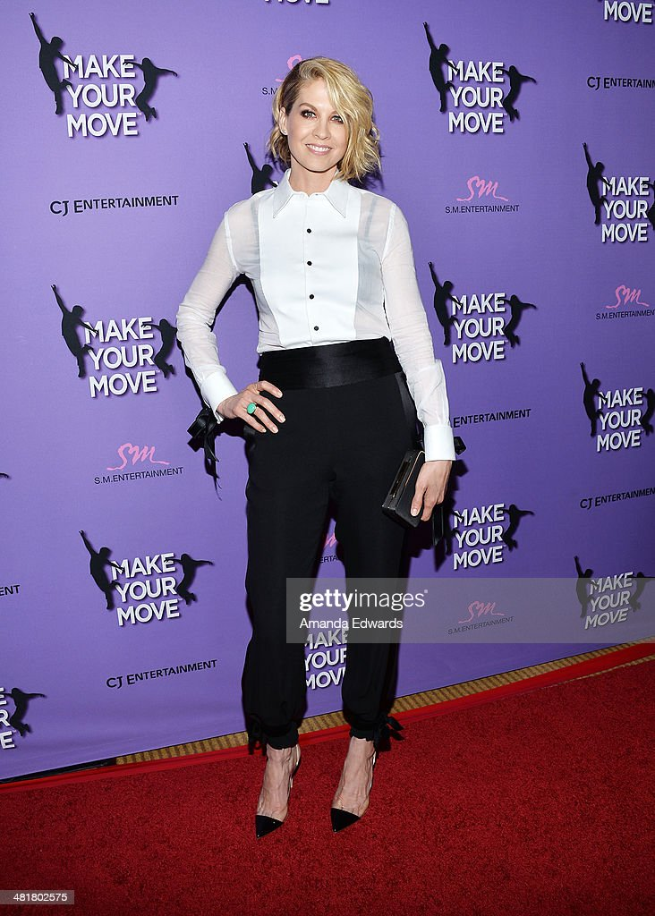 Actress <a gi-track='captionPersonalityLinkClicked' href=/galleries/search?phrase=Jenna+Elfman&family=editorial&specificpeople=204782 ng-click='$event.stopPropagation()'>Jenna Elfman</a> arrives at the Los Angeles premiere of 'Make Your Move' at Pacific Theaters at the Grove on March 31, 2014 in Los Angeles, California.