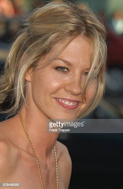 Actress Jenna Elfman arrives at the premiere of 'The Manchurian Candidate' in Los Angeles