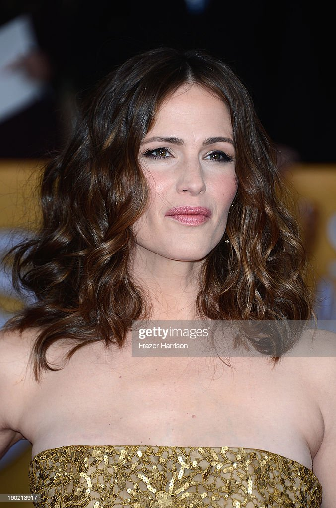 Actress Jennifer Garner arrives at the 19th Annual Screen Actors Guild Awards held at The Shrine Auditorium on January 27, 2013 in Los Angeles, California.