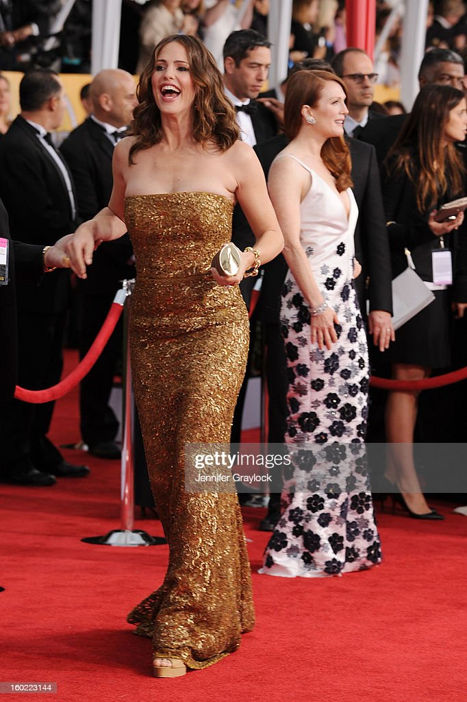 Actress <a gi-track='captionPersonalityLinkClicked' href=/galleries/search?phrase=Jennifer+Garner&family=editorial&specificpeople=201813 ng-click='$event.stopPropagation()'>Jennifer Garner</a> arrives at the 19th Annual Screen Actors Guild Awards held at The Shrine Auditorium on January 27, 2013 in Los Angeles, California.