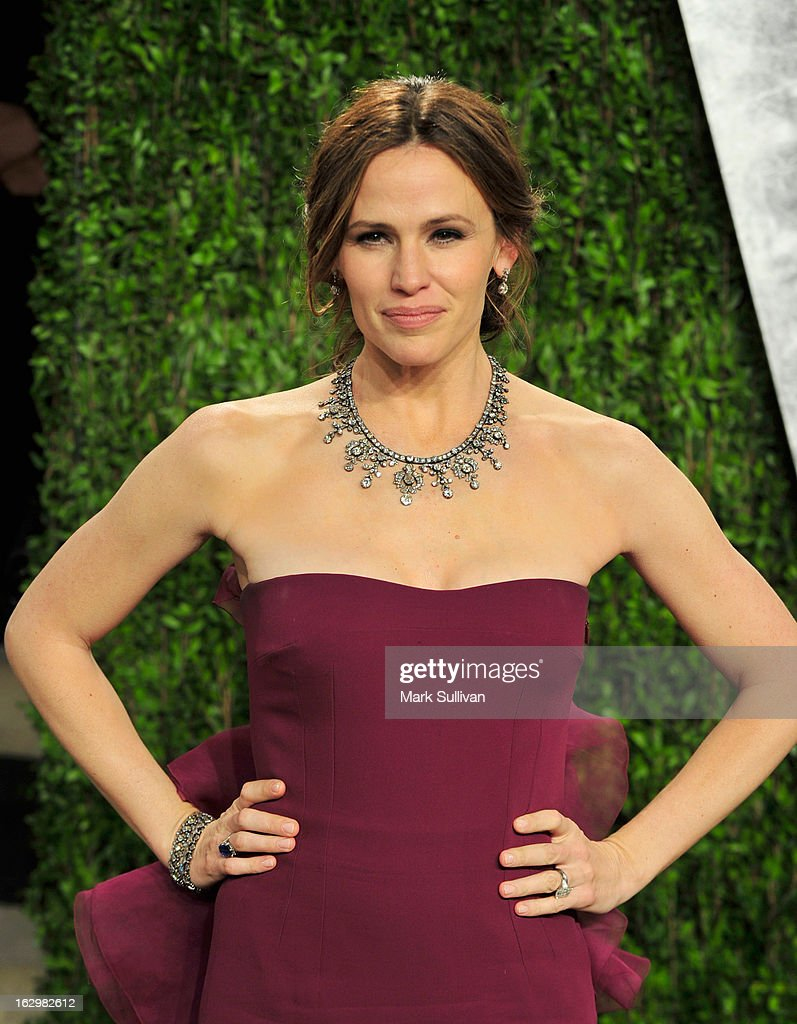 Actress <a gi-track='captionPersonalityLinkClicked' href=/galleries/search?phrase=Jennifer+Garner&family=editorial&specificpeople=201813 ng-click='$event.stopPropagation()'>Jennifer Garner</a> arrives at the 2013 Vanity Fair Oscar Party at Sunset Tower on February 24, 2013 in West Hollywood, California.